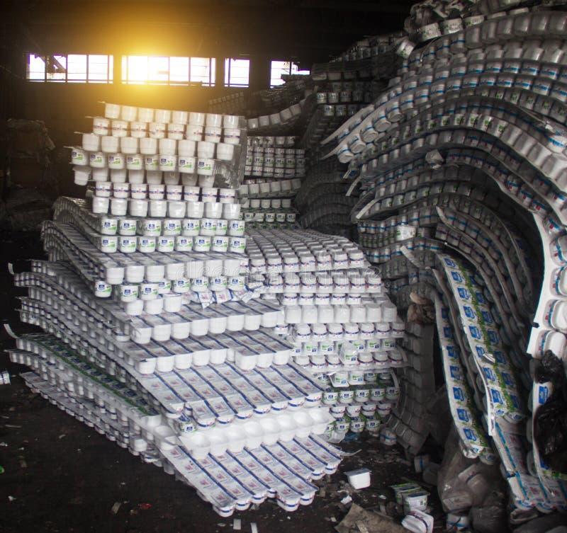 Plastikgläser, Flaschen für den verarbeitenden Abfall, Plastik stockbilder