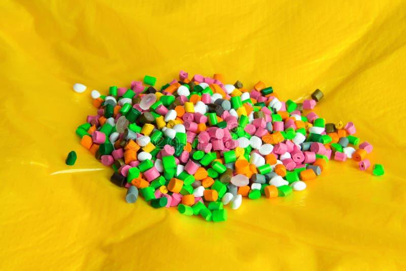 Plastikk?rnchen auf Plastikpoly?thylenfilm Plastikkugeln Plastikrohstoff stockfotos