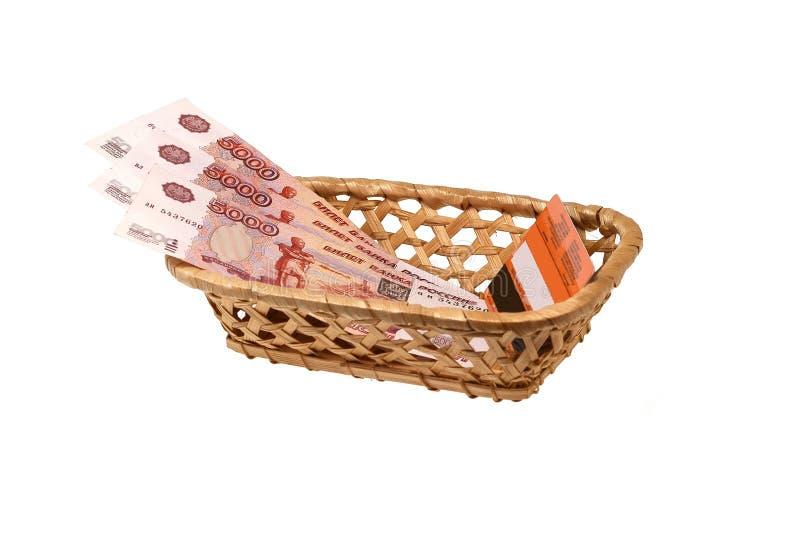 Plastikkarte und Geld in einem wattled Bastkorb stockfotografie
