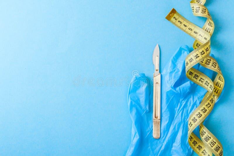 Plastikkirurgi av kroppen och framsidan Kirurgi för viktförlust, liposuctionen, hud som drar åt, tar bort fett Skalpell och band fotografering för bildbyråer