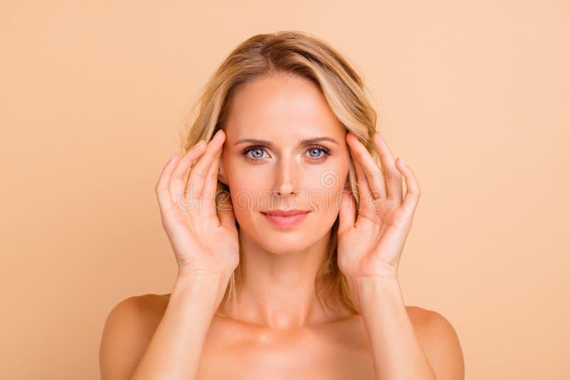 Plastikkirurgidetox som annonserar begrepp Närbildstående av den trevliga attraktiva fridsamma näcka flickan med den rena frikänd arkivfoton