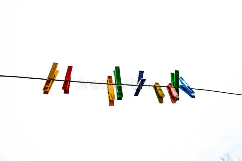 Plastikkleidungsstifte, Wäschereihaken, bunt, Klammern, Seil, außerhalb, Sonne, Grün, Sommerdekorationen, stockbilder
