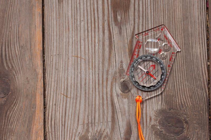 Plastikkompaß über einem hölzernen Hintergrund stockfoto
