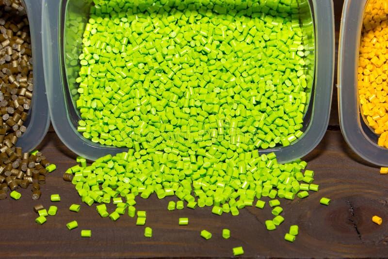Plastikkugeln werden aus einem messenden Behälter auf laborat gegossen lizenzfreies stockbild