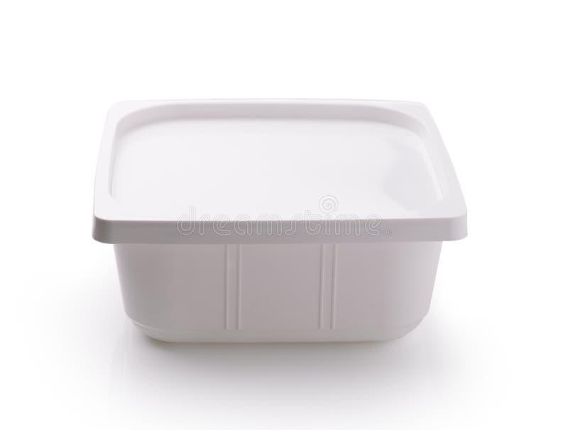 Plastiklebensmittelkasten auf weißem Hintergrund stockbild