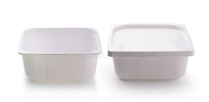 Plastiklebensmittelkasten auf weißem Hintergrund lizenzfreies stockfoto