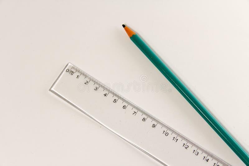 Plastikmachthaber und hölzerner Bleistift auf Weiß stockbild