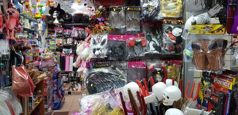 Plastikmaterial für die Kinder herausgestellt für Verkauf in einem Geschäft vor jüdischer purim Maskerade stockfotografie