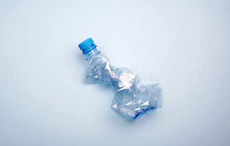Plastikowa butelka na błękitnym tle Minimalny pojęcie oceanu zanieczyszczenie zdjęcia royalty free