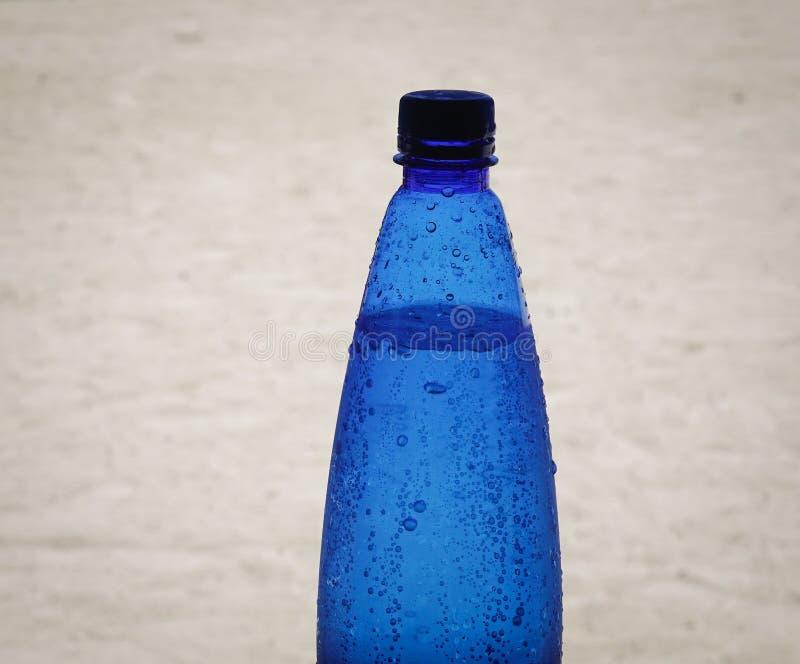 Plastikowa butelka woda na plaży zdjęcie royalty free