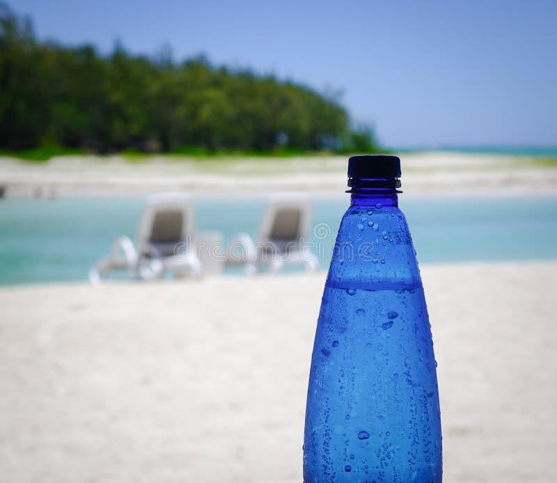 Plastikowa butelka woda na plaży obraz stock