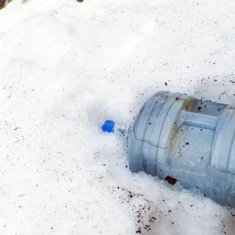 Plastikowa butelka woda w ?niegu obraz royalty free