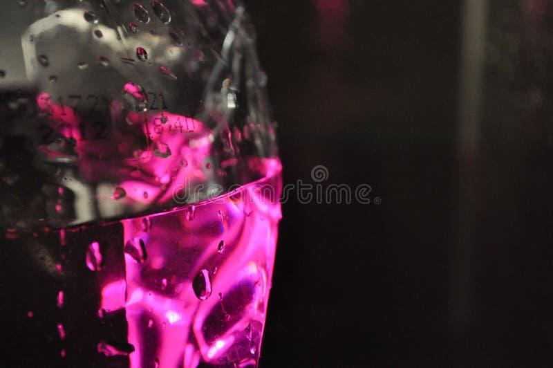 Plastikowa butelka wodny zbliżenie w różowym oświetleniu zdjęcia stock