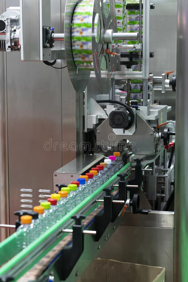 Plastikowa butelki etykietowania maszyna z hig prędkości operacją dla wody pitnej obrazy royalty free