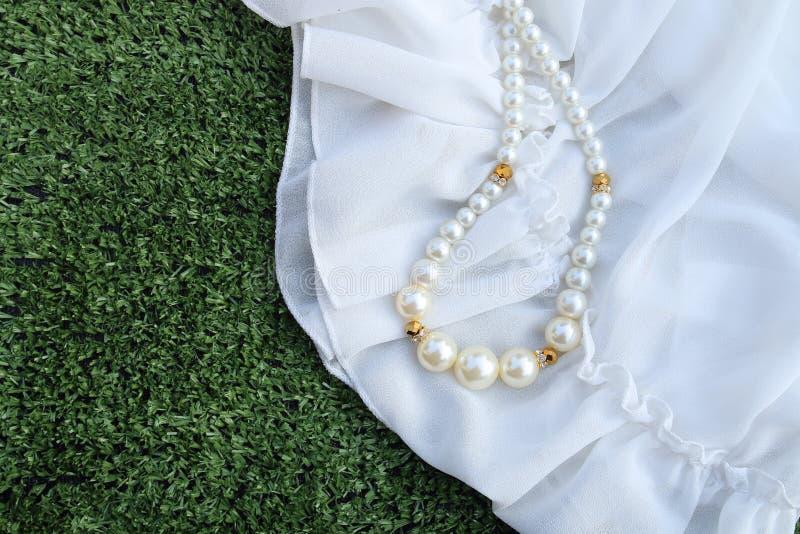 Plastikowa perl kolia na białej tkaninie obrazy stock