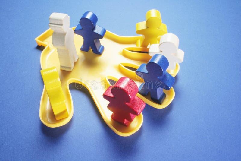 Plastikowa ręka z Drewnianymi postaciami zdjęcie royalty free
