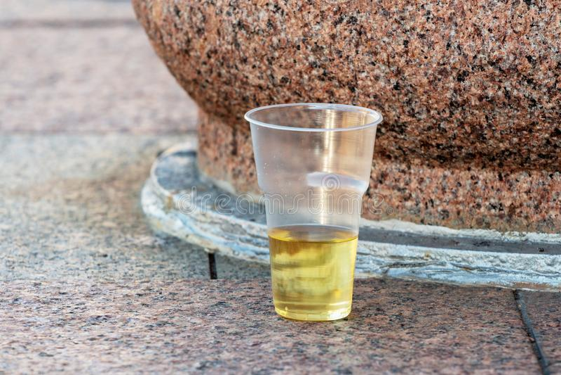Plastikowa wino filiżanka grat po wakacje na miasto ulicie obrazy stock