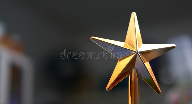 Plastikowa złota gwiazda dla dekoraci cerebraci lub interioe taki zdjęcie stock