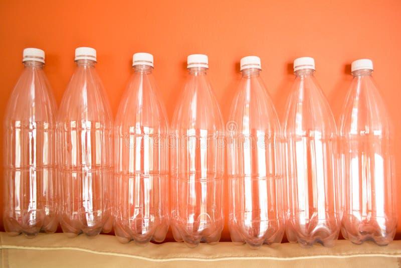 Plastikowe butelki MIGDAL?, reuse, przetwarzaj? i zatrzymuj?, zanieczyszczenie obrazy royalty free