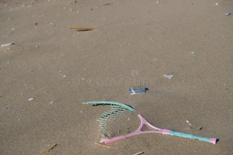 Plastikowego kanta denny zanieczyszczenie na piaskowatej plaży ekosystemu, śmieci na dennym wybrzeżu obrazy royalty free