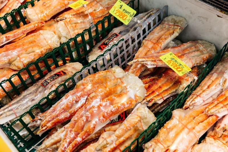 Plastikowego opakunku królewiątka kraba świeże nogi dla bubla w targowej ulicie w Sapporo Hokkaido, Japonia zdjęcia stock