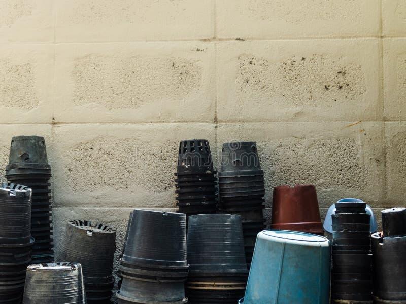 Plastikowi flowerpots i wiadra stawiający obok ściany fotografia royalty free