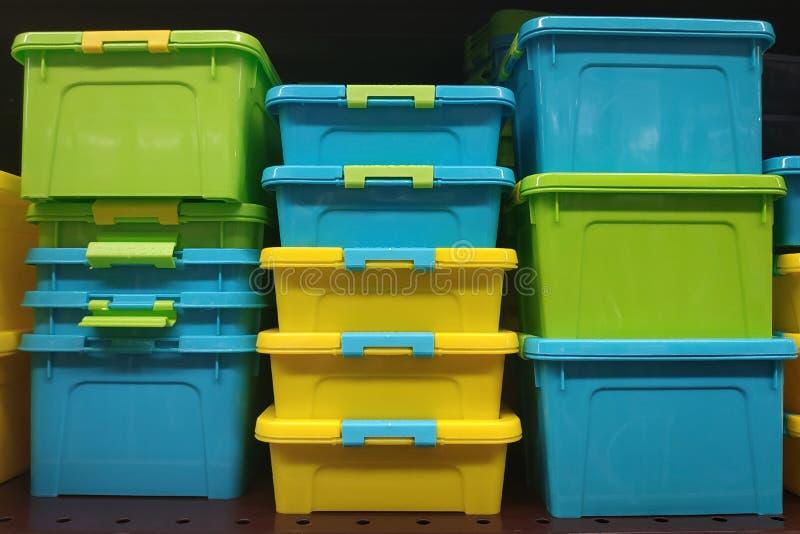 Plastikowi karmowi zbiorniki w zieleni, kolorze żółtym i błękicie, zdjęcie royalty free