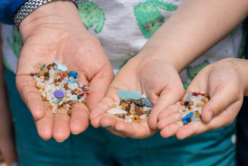 Plastikowi koraliki w rodzinnych r?kach zdjęcia royalty free