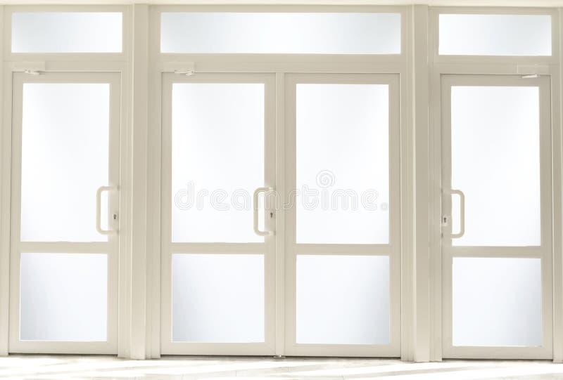 Plastikowi wejściowi drzwi z szkłem obraz royalty free