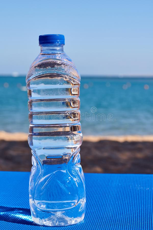 Plastikowy bidon na dennej plaży obrazy royalty free