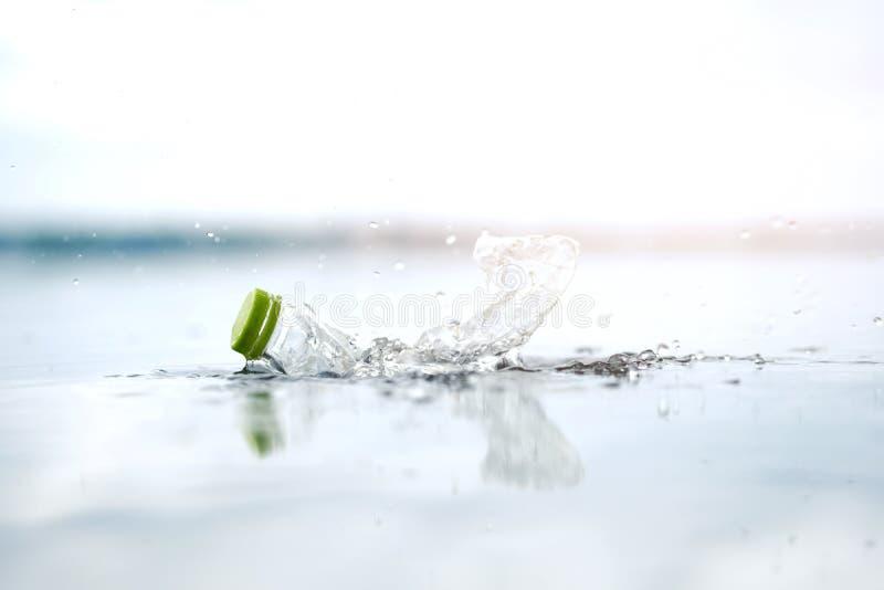 Plastikowy bidonu zanieczyszczenie w oceanie zdjęcie royalty free