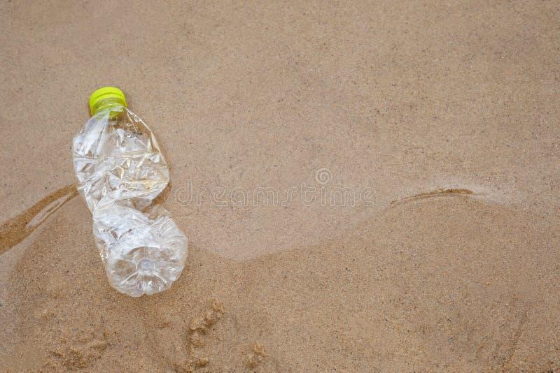 Plastikowy bidonu zanieczyszczenie w oceanie obrazy stock