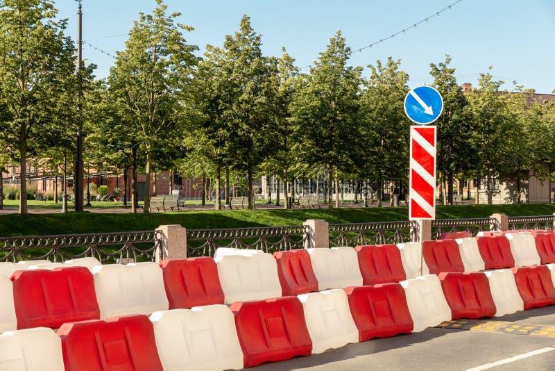 Plastikowy drogi ogrodzenie na ulicie miasto czerwonej i białej wody bloki ograniczać ruch drogowego podczas drogowych prac obraz royalty free