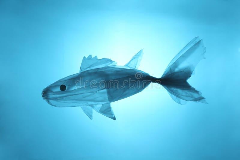 Plastikowy grat w morzu Zanieczyszczenie ?wiatowy oceanu odpady Sylwetka ryba od u?ywa? plastikowego worka obrazy royalty free