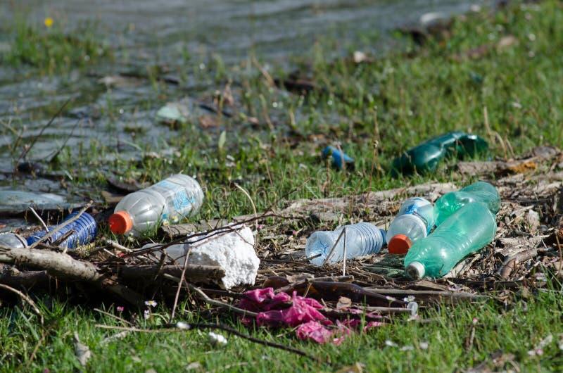 Plastikowy kontaminowanie w naturę Śmieci i butelki unosi się na wodzie Zanieczyszczenie środowiska w Gruzja Śmieci w wodzie obraz stock
