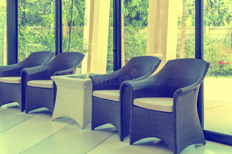 Plastikowy krzes?a siedzenie dla siedz?cego br?zu projekta zdjęcie royalty free