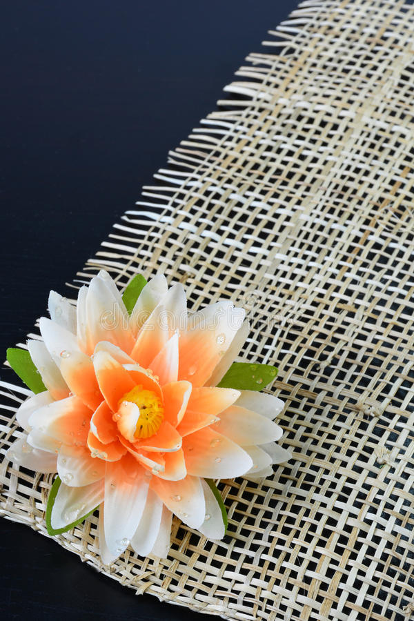 Plastikowy lotosowy kwiat na drewnianym tle fotografia royalty free