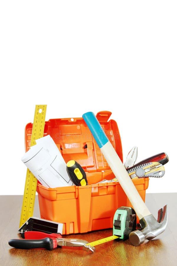 Plastikowy toolbox z różnorodnymi pracujących narzędzi stojakami na stole obrazy royalty free