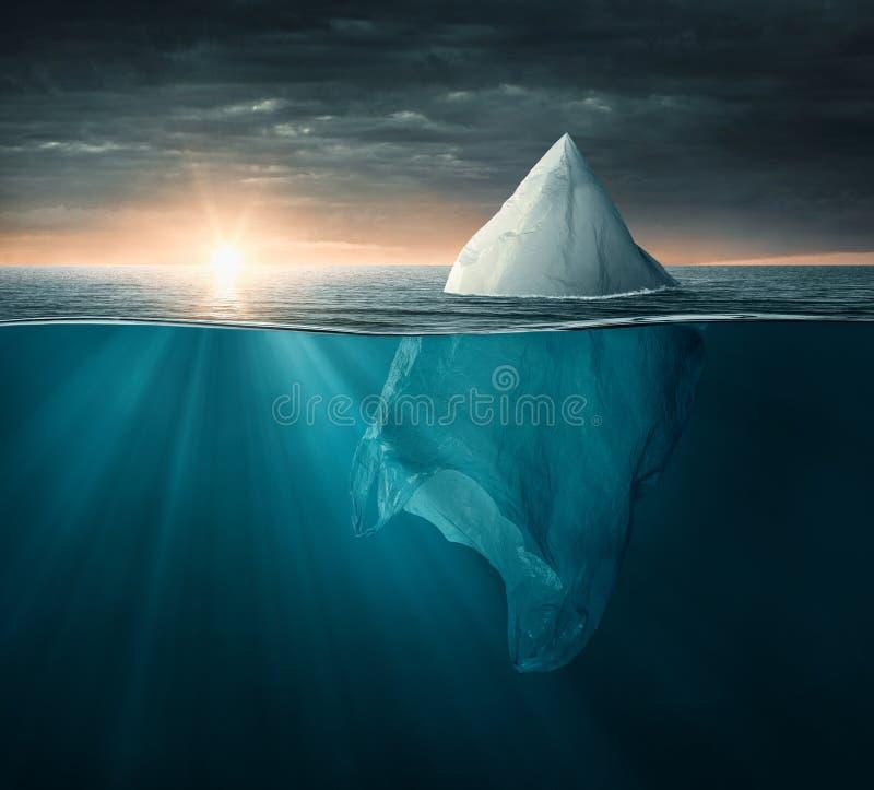 Plastikowy worek w oceanie patrzeje jak góra lodowa obraz royalty free