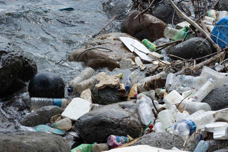 Plastikowy zanieczyszczenie dalej nawadnia uszkadzać środowisko zdjęcie royalty free