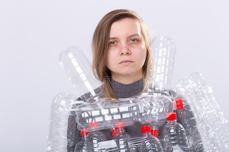 Plastikowy zanieczyszczenie problem i środowisko ochrona Słaba zmęczona kobieta z plastikowymi butelkami Save ziemskiego poj?cie  obrazy royalty free