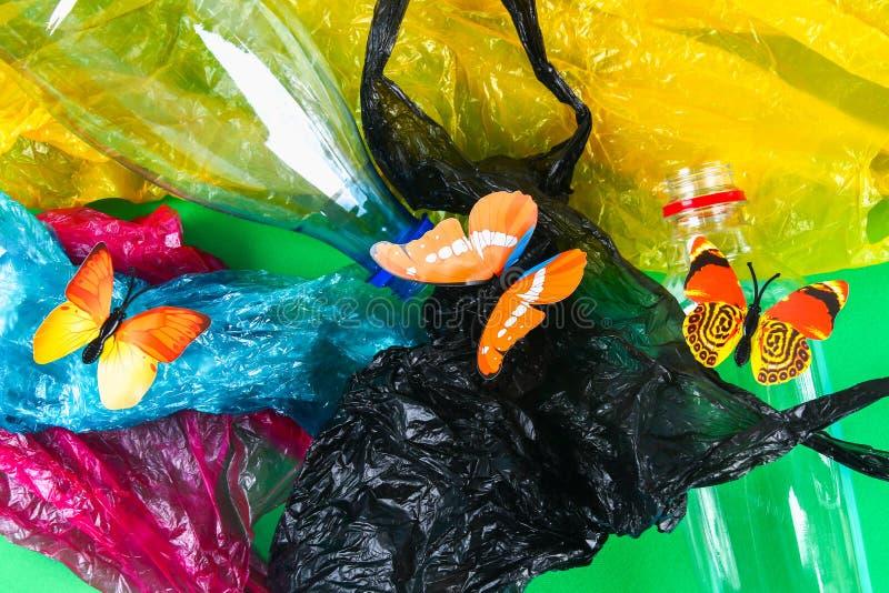 Plastikowy zanieczyszczenie w problem związany z ochroną środowiska naturze Motyla klingerytu butelki Zero odpady ekologia zdjęcie stock