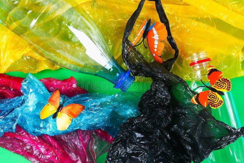 Plastikowy zanieczyszczenie w problem związany z ochroną środowiska naturze Motyla klingerytu butelki Zero odpady ekologia zdjęcia stock