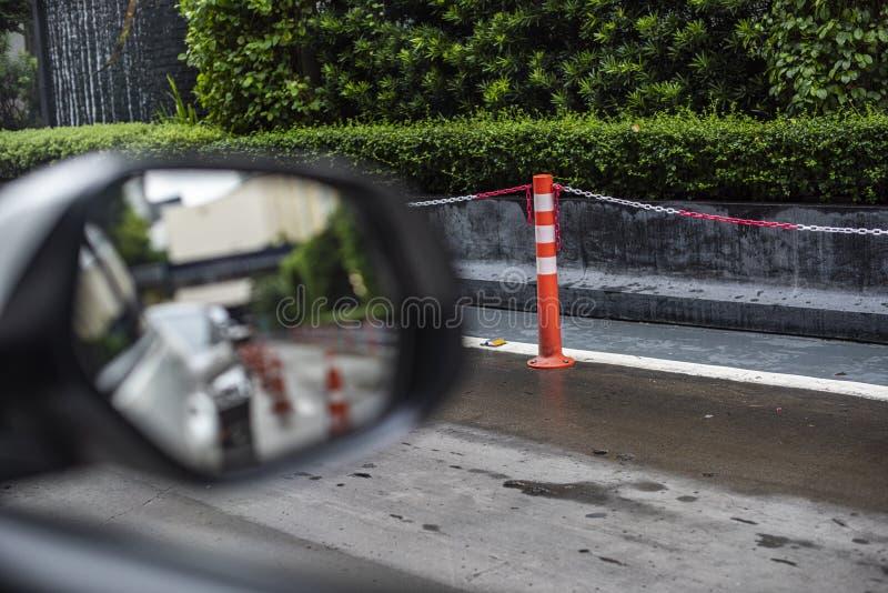 Plastikpfosten in der orange Farbstellung für das Halten der Kettengliedarbeit als Sperre für das Halten von Fußgängern ein siche lizenzfreies stockfoto