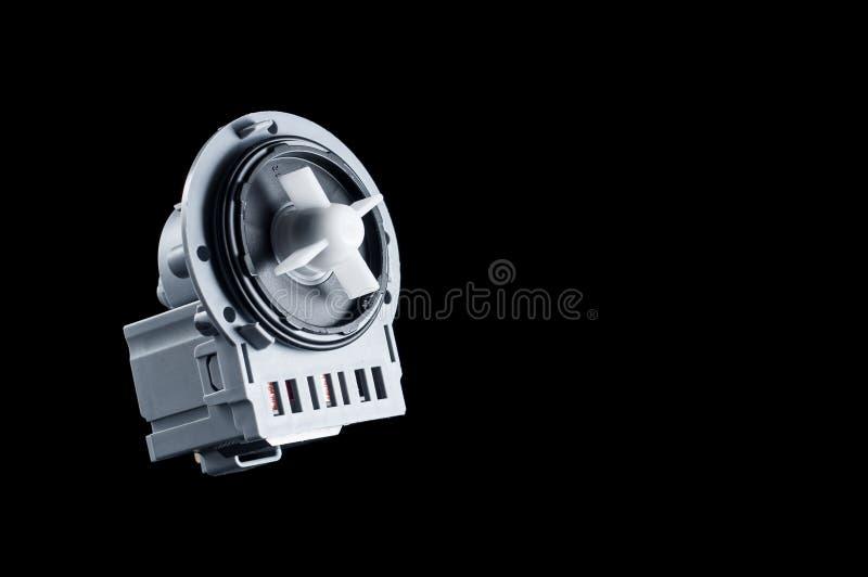 Plastikpumpe der neuen Maschine für Waschmaschine auf einem schwarzen Hintergrund, Isolat stockfoto