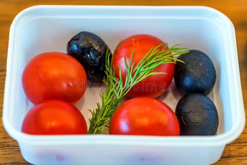 Plastikschüssel mit Gemüse für Flugzeugmahlzeitabschluß lizenzfreie stockfotos