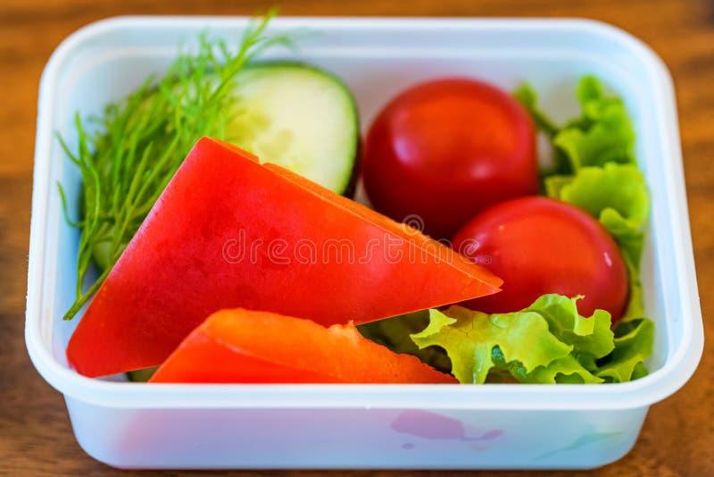 Plastikschüssel mit Gemüse für Flugzeugmahlzeitabschluß stockfoto