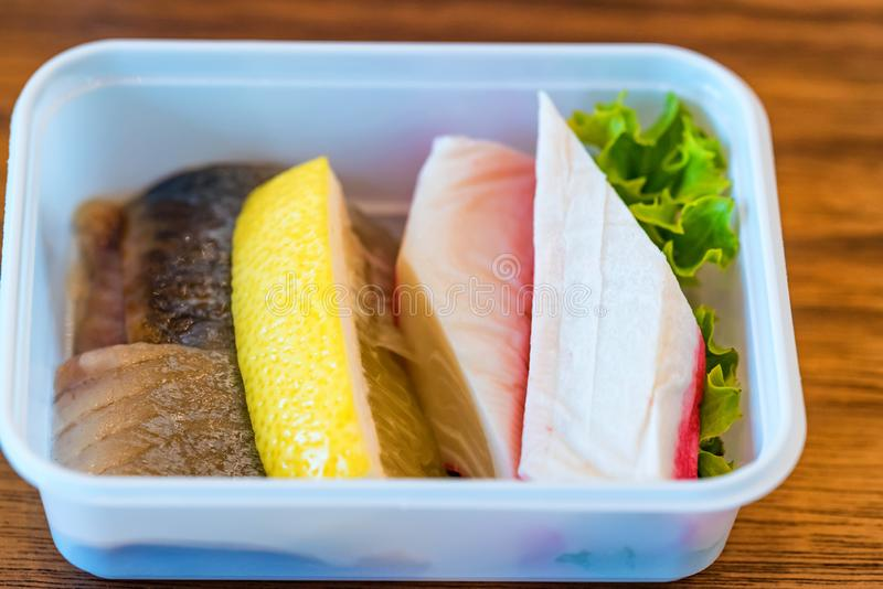 Plastikschüssel mit geschnittenem Lebensmittel für Flugzeugmahlzeitabschluß stockbilder
