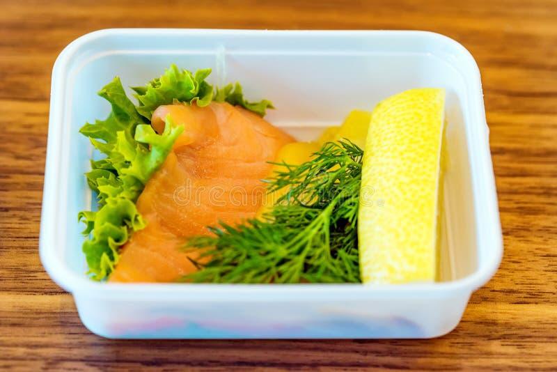 Plastikschüssel mit geschnittenem Lebensmittel für Flugzeugmahlzeitabschluß lizenzfreie stockbilder