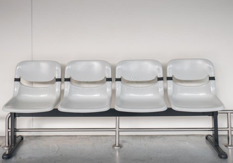 Plastiksitz in der airpor Anschluss- oder Bushaltestelle lizenzfreies stockfoto